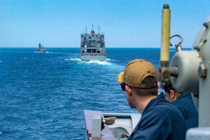 Buques de guerra de EE UU escoltan al 'Mecer Street', el petrolero operado por una compañía israelí atacado el jueves en aguas de Omán, el viernes.