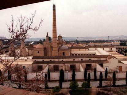 Imagen de las chimeneas de la antigua fábrica de cerámica de Pickman, en La Cartuja de Sevilla.