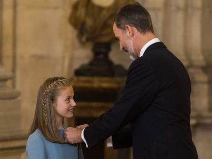 El Rey impone el Toisón de Oro a la Princesa de Asturias.