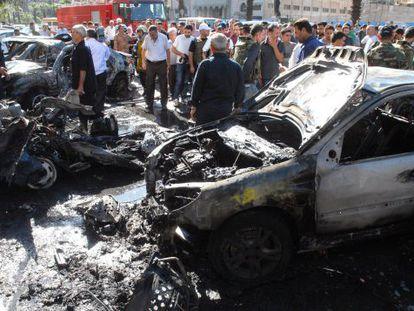 Imagen de la agencia siria Sana de un coche bomba en Mazzeh, Damasco, ayer.