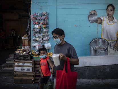Personas visitan el mercado de la Colonia Progreso del Puerto de Acapulco, en Guerrero, el 2 de mayo de 2021