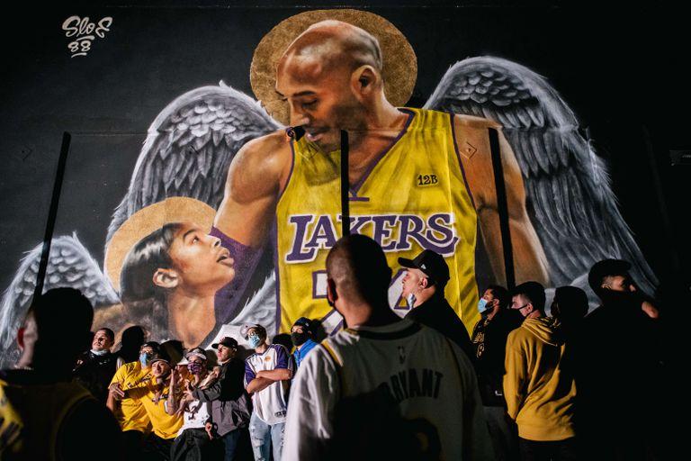 Un mural de Kobe Bryant y su hija Gianna, en Los Ángeles este domingo.