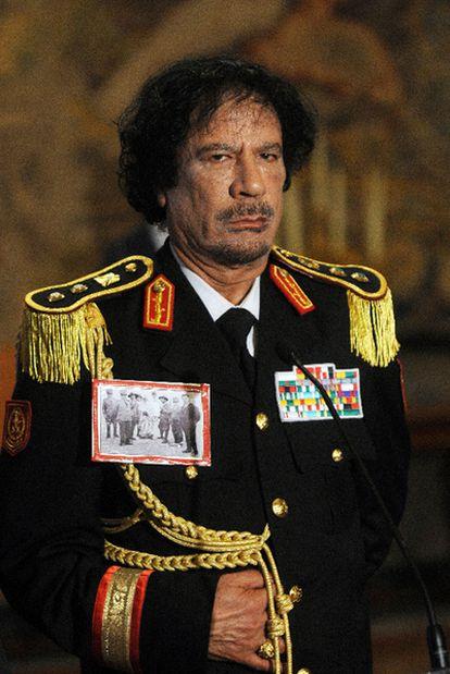 Muamar el Gadafi, con uniforme militar, en su primera visita a Italia, antigua metrópoli, en 2009.
