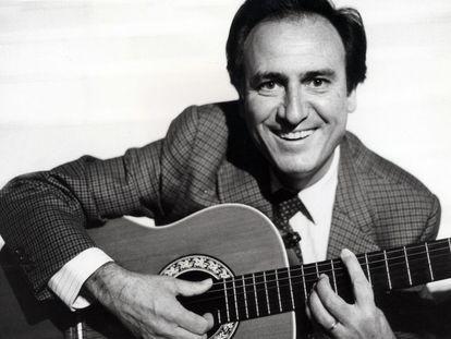 4 de diciembre de 1984.<br> Manolo Escobar, con su guitarra. El cantante ha fallecido a los 82 años de edad en Benidorm.