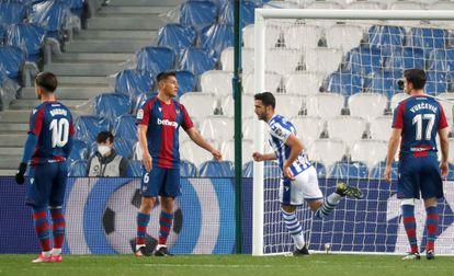 Merino celebra el gol de la victoria ante Bardhi, Duarte y Vukcevic.