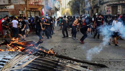 Manifestantes levantan una barricada en Santiago, durante una protesta callejera realizada el viernes 31 de octubre.