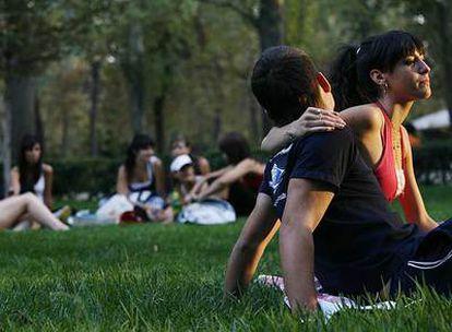 Un gen de la infidelidad reabre el debate sobre el compromiso. En la foto, una pareja en el parque del Retiro de Madrid.