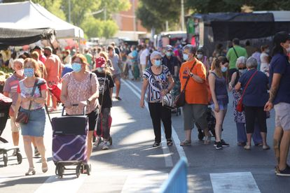 Varios consumidores se protegen con mascarillas mientras visitan el mercadillo de la localidad madrileña de Fuenlabrada (Madrid), el 19 de agosto.