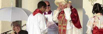 Benedicto XVI se coloca un sombrero en Madrid el pasado agosto.