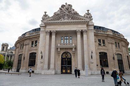 Exterior de la antigua Bolsa de Comercio, edificio donde se ha instalado la Colección Pinault, tras una remodelación de Tadao Ando.