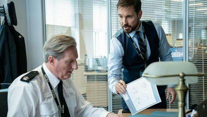 Adrian Dunbar y Martin Compston, en el quinto capítulo de la sexta temporada de 'Line of Duty'.