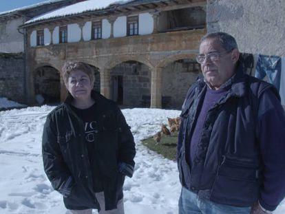 María Isabel Álvarez y Huberto Allende, afectados por el desalojo, delante de su vivienda, en Burón, León.