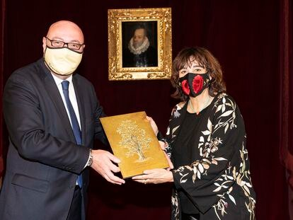 Rosa Montero recibe el Premio CEDRO de la mano del presidente de la entidad, Daniel Fernández.