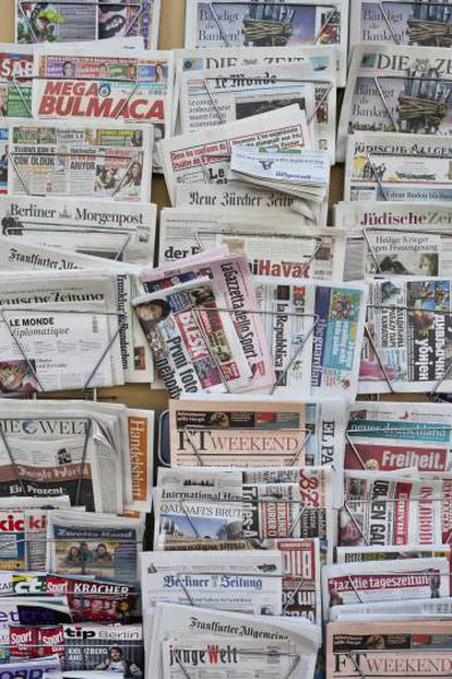 Bastidores de periódicos en un quiosco de prensa