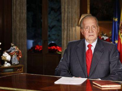 El Rey Juan Carlos se dirige a los españoles desde el Palacio de La Zarzuela en su tradicional mensaje de Navidad.