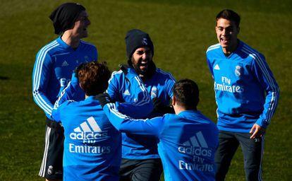 El centrocampista del Real Madrid Isco (centro) se ríe en un entrenamiento el pasado martes con varios compañeros.