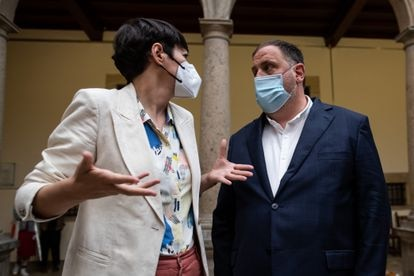 Ana Pontón habla con Oriol Junqueras, esta mañana, en Santiago.