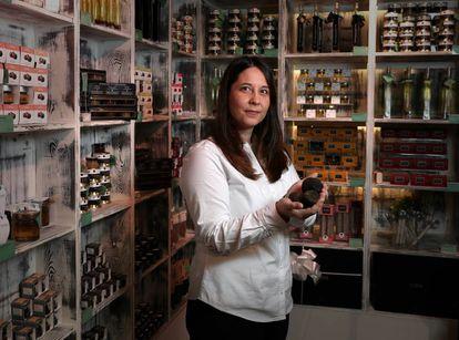 Maria Jose Rozalen, en La Truferia, donde vende trufa fresca y productos trufados en el Mercado de San Anton.
