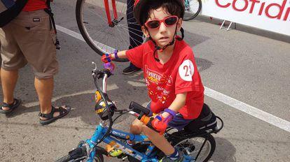 Rafael, que nació sin manos, puede montar en bici gracias a unas prótesis hechas a medida.