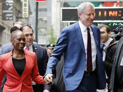 Bill de Blasio y su mujer, Chirlane McCray, este miércoles en Nueva York.