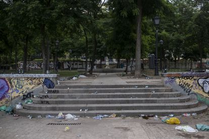 Basura acumulada en el parque de las Vistillas, después del botellón del pasado 20 de junio.