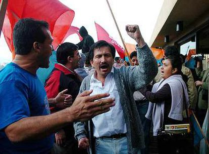 Un grupo de personas de la Federación de Estudiantes Universitarios y del Movimiento Popular Democrático de Ecuador protesta en Quito contra la decisión del Constitucional de devolver sus cargos a 51 de los 57 diputados destituidos a principios de marzo.