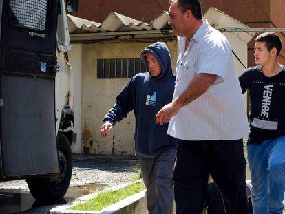 Uno de los detenidos (izquierda) por la presunta violación de una menor es trasladado a los tribunales de Mar del Plata, en la provincia de Buenos Aires