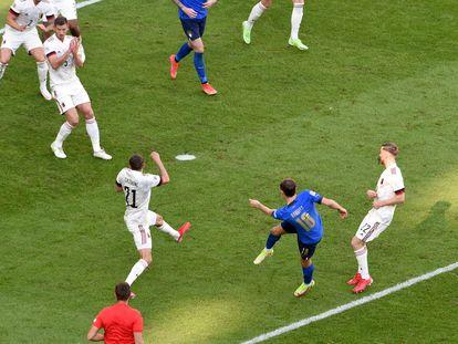 Barella, en el momento de marcar el gol para Italia.