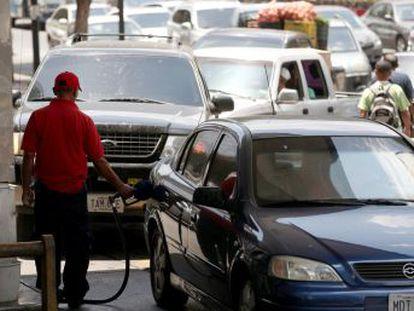 Las autoridades hacen un esfuerzo especial por salvar a Caracas de la carestía de gasolina, pero el resto del país bordea el colapso