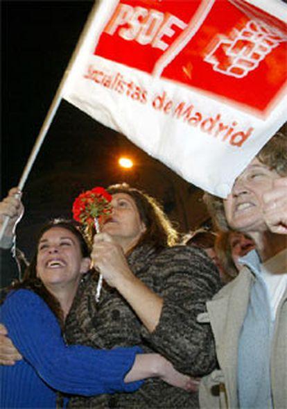 Un grupo de simpatizantes celebra el triunfo del PSOE en la calle Ferraz.