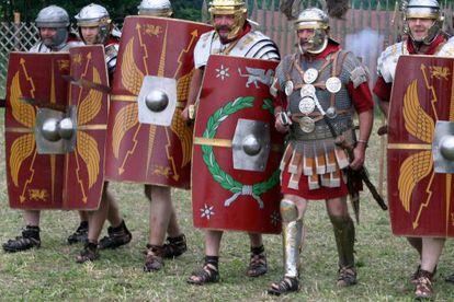 Un grupo de recreación muestra legionarios con su equipamiento, incluidas las sandalias, primer calzado militar estándar de la historia.