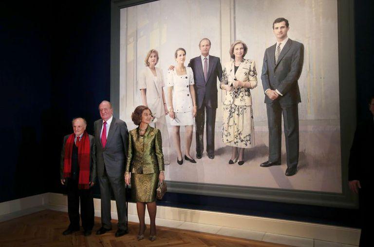 Los Reyes eméritos Juan Carlos y Sofía, junto al pintor Antonio López, durante la inauguración de la exposición 'El retrato en las Colecciones Reales' en diciembre de 2014.
