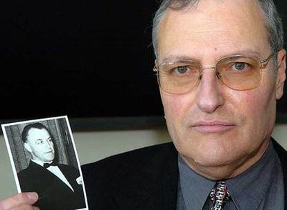 El cazanazis Efraim Zuroff muestra una fotografía del criminal Aribert Heim.