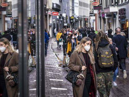 Ciudadanos con mascarillas en el centro de Ámsterdam, el pasado domingo.