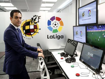Carlos Velasco Carballo, en la sala central del VAR en la Ciudad del Fútbol de Las Rozas (Madrid).