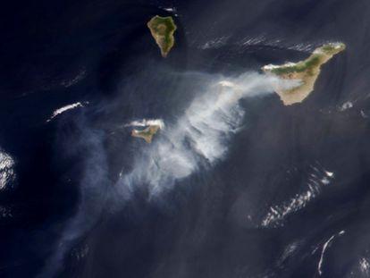Imagen tomada este viernes por un satélite de la NASA en la que se observa la extensa columna de humo del incendio de Arico (Tenerife) visible desde el espacio, que pasa por encima de las islas de La Gomera y El Hierro y se adentra en el océano Atlántico.