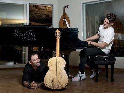Javier Limón hijo toca un piano firmado por Bebo Valdés, mientras su padre, Javier Limón, le escucha tumbado en el suelo de su estudio de grabación, en Madrid.
