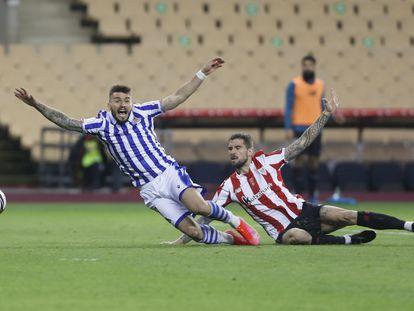 Íñigo Martínez derriba a Portu en la jugada del penalti.