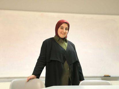 Romaesa Benslaiman, profesora de religión islámica, posa en un aula de Eibar (Gipuzkoa).