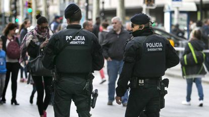 Dos Mossos d'Esquadra en Barcelona.