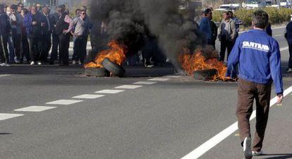 Protesta de trabajadores de Santana Motor en la carretera nacional Madrid-Cádiz por los cobros pendientes.