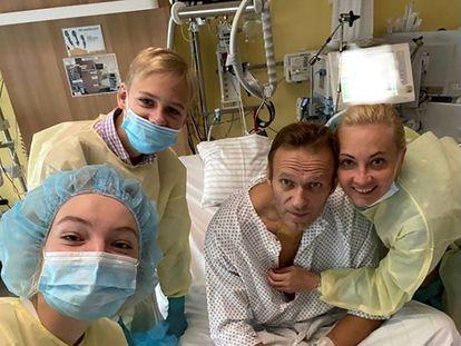 El político ruso Alexéi Navalni posa este martes con su familia en la habitación del hospital Charite (Berlín) donde fue ingresado tras haber sido envenenado en Rusia.