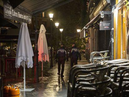 Una pareja de policías controla el cierre de los bares en Madrid durante el inicio del estado de alarma el pasado octubre.