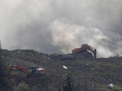 Dos máquinas actúan sobre el derrumbamiento de Zaldibar este jueves. En vídeo, el Gobierno vasco asegura que los altos niveles de contaminación no tendrán consecuencias para la salud.
