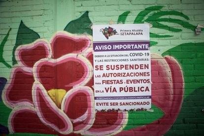 Un cartel de prevención sobre el coronavirus en los murales de la Alcaldía de Iztapala, en Ciudad de México.