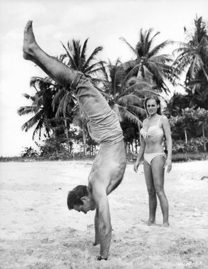 Sean Connery con Ursula Andress en una escena de 'James Bond: Dr. No', en 1962.