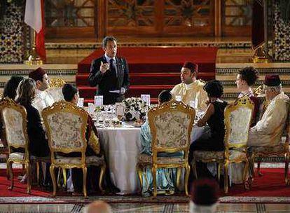 Nicolas Sarkozy ofrece un discurso ante el rey Mohamed VI durante una cena de Estado celebrada en Marraquech, el pasado martes.