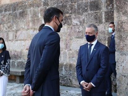 El presidente del Gobierno, Pedro Sánchez, saluda al lehendakari, Iñigo Urkullu.