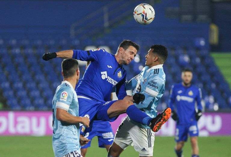Maksimovic y Murillo pugnan en un lance aéreo.
