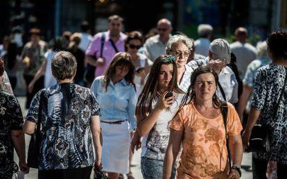 Los móviles han facilitado el desarrollo de la ciudad inteligente. En la imagen, peatones en el centro de Bucarest.